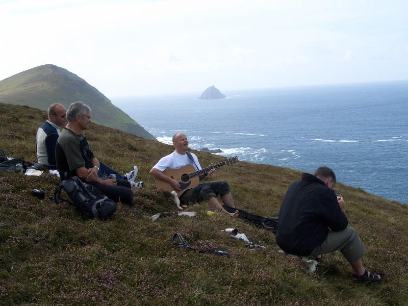 Her sitter vi og synger og spiller på toppen av Blasket Island.