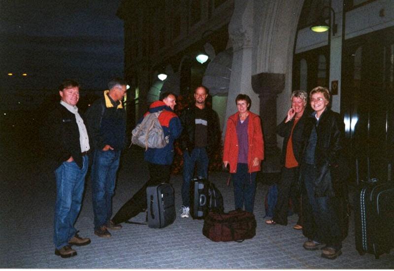 Her står gjengen på stasjonen og venter på toget. Med på turen er Terje Demroen, Niels H. Abel, Evald Langsjøvold, Ole-Jørgen Jensen, Bodil Slettemeås, Unni Lillehagen og Anita Olstad