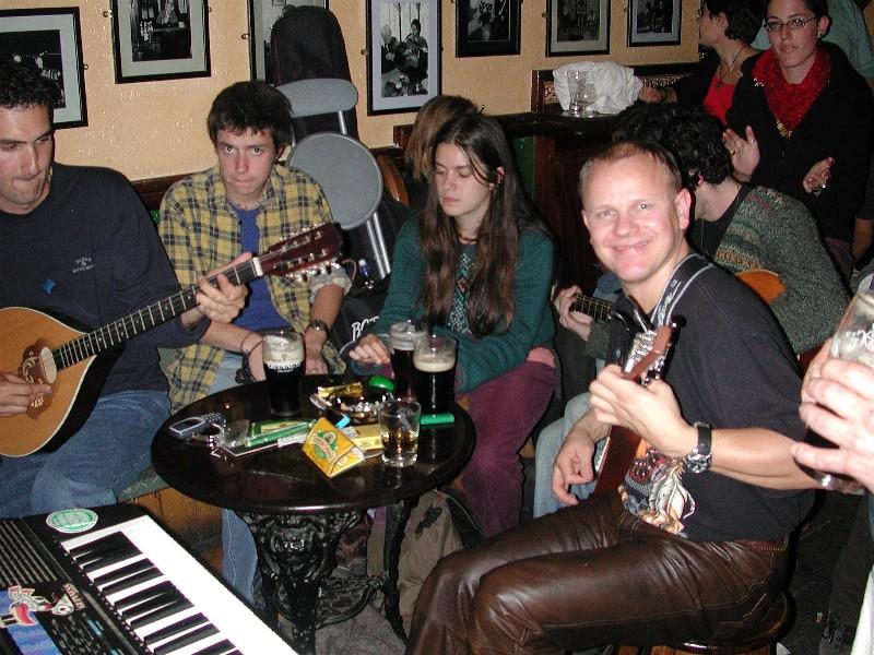 Her er Evald i kjempe humør. Hva er vel ikke bedre enn å få jamme sammen med irske musikere på Tigh Coli'?