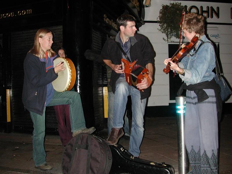 I gågata i Galway er det flott Irsk musikk 'døgnet' rundt.