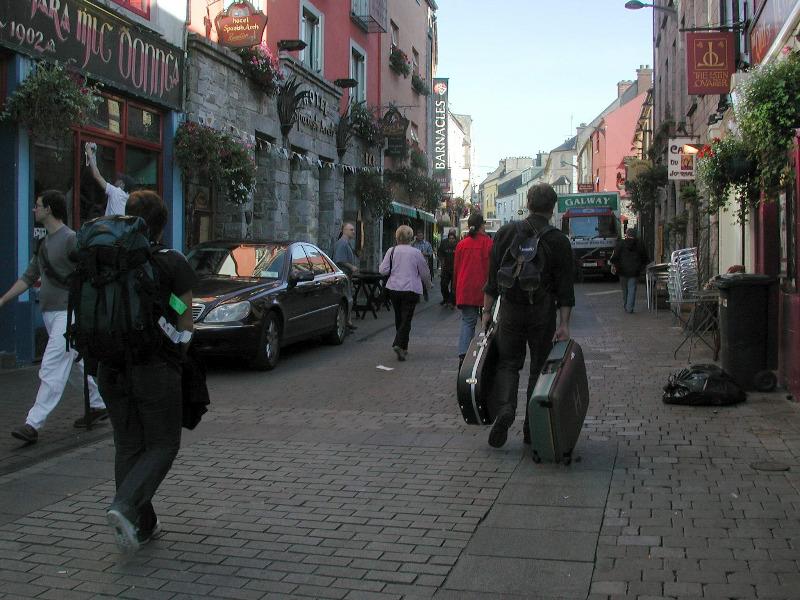 Det er mye å drasse på når man er spellemann;-) Gågata i Galway.