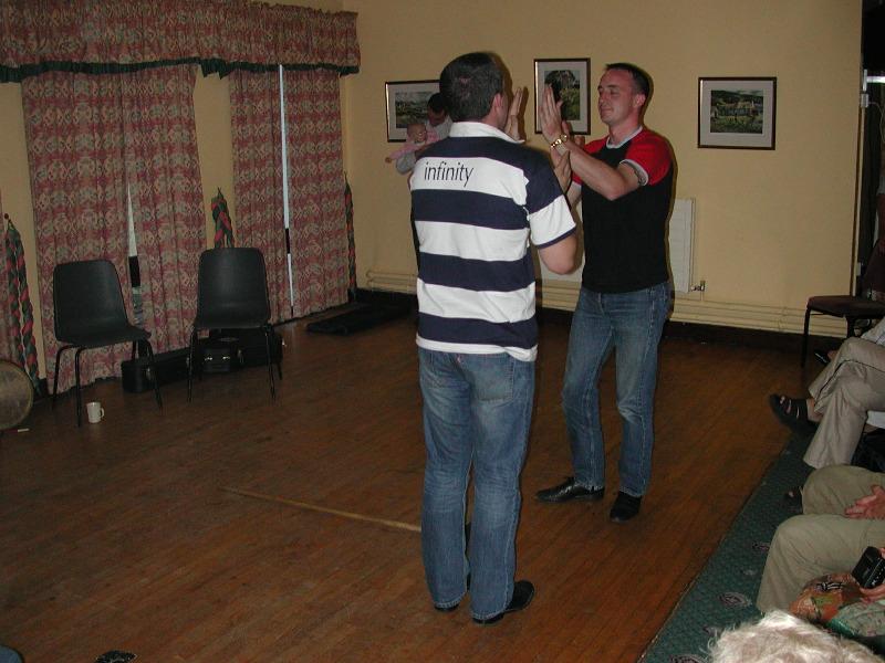 Her er det Irsk dans med to mænnfolk.