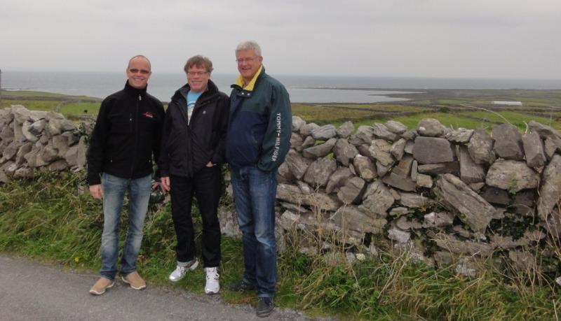 Mye beitemark er ryddet og resultatet av det er en 'rekke' med steingjerder slik som her på Aran Islands, Inis Mor.  Vest i havet ved Galway. Her bruker man det gæliske/keltiske språk.