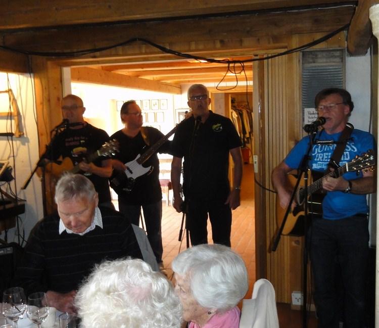 Hoel gård på Nes 5,6,13. 125 hyggelige pensjonister spilte vi for.